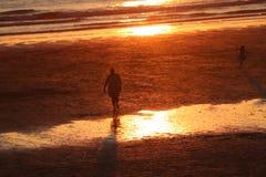 Newquaycornwall fistral strandzonsondergang, overweldigende gloed van licht stock foto's