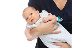 Newrborn in den Armen der Mutter Stockbilder