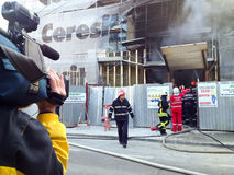 News reporter and building on fire Stock Photos