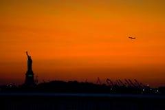 News York staty av frihet på solnedgången Royaltyfri Foto