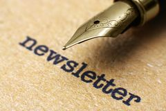 Newsletter und Stift Stockfotos