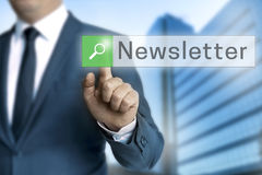 Newsletterbrowser wird durch Geschäftsmannhintergrund bearbeitet Stockfoto
