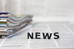 Newsletters auf Zeitungen stockbild