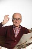 Newspapper da leitura do ancião foto de stock