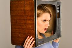 newsroom boze vrouw van redactiekamer de verslaggever van de redactiekamervrouw in TV-reeks redactiekamerconcept Einde die op TV  stock fotografie