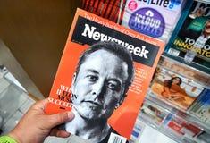 Newsweek tidskrift i en hand royaltyfri foto