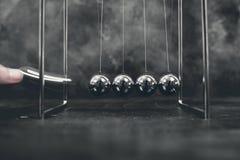 Newtonów kołysankowych wahadeł kinetyczne piłki zdjęcie stock