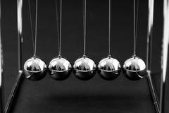 Newton bercent les boules de équilibrage, concept d'affaires image libre de droits
