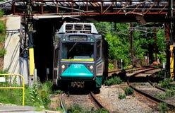 """Newton Centre, mA: Linea treno del MTA """"T"""" di Boston Immagini Stock"""