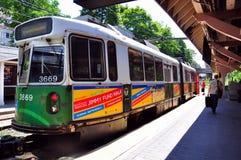 """Newton Centre, MA: Zug MTAs """"T"""" an der Station Lizenzfreies Stockbild"""