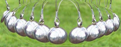 Newton& x27; o berço de s ou a bola do pêndulo, pêndulo de Newton igualmente chamaram o Ne Imagem de Stock