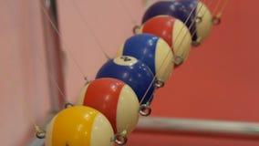 Newtons Wiege, die Gesetze von Physik in der Bewegung zeigt Museum des Wissenschafts- und Newtonpendels stock video footage