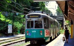 Newtonu Centre, MA: Boston MTA 'T' linia pociąg Obrazy Stock