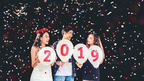 Newyear bawi się, świętowania przyjęcia grupa azjatykci młodzi ludzie hol Zdjęcia Royalty Free