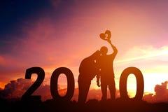 Newyear 2020 silhouettieren die jungen Paare, die für romantisches Konzept des neuen Jahres glücklich sind stock abbildung