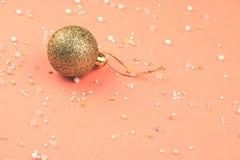 NewYears guld- boll med pärlor spridda omkring royaltyfria foton