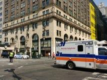 "NewYork†""presbyteriansk sjukhusambulans, NYPD-trafiktjänsteman, New York City, NYC, NY, USA Arkivbild"