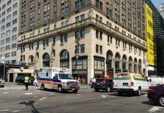 "NewYork†""presbyteriansk sjukhusambulans, NYPD-trafiktjänsteman, New York City, NYC, NY, USA Arkivfoto"