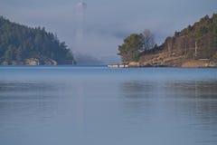 Nexans在浓雾包围的电缆塔 库存照片