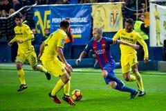 Neymarspelen bij de gelijke van La Liga tussen Villarreal CF en de spelen van FC BarcelonaAndres Iniesta bij de gelijke van La Li Stock Fotografie