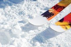 Nez avant d'une paire de skis sur la neige un jour ensoleillé photos libres de droits