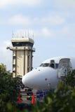 Nez d'avion à réaction commercial avec tour de contrôle Photo libre de droits