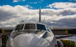 Nez de pare-brise d'avion sous le ciel nuageux photos libres de droits