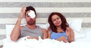 Nez de soufflement malade de couples banque de vidéos