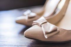 Nez du women& x27 ; chaussures de s avec un arc Photographie stock libre de droits