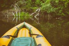 Nez jaune de bateau sur toujours les eaux du fleuve Amazone photographie stock libre de droits