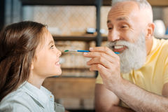 Nez première génération gai de peinture de sa petite-fille Photo stock