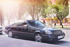 Nezhin, Ukraine - 15. Juni 2018: Schwarzes Mercedes-Benz C140 SL parkte im Stadtzentrum Schwarzes Luxuxauto stockbild