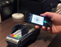 NFC - Blisko śródpolnej komunikaci łatwego wynagrodzenia/ Zdjęcie Royalty Free