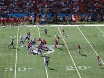 NFC-de Strateeg Aaron Rogers werpt bal aan brede ontvanger Greg Jennings royalty-vrije stock afbeeldingen