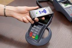 NFC - Perto de uma comunicação do campo Foto de Stock