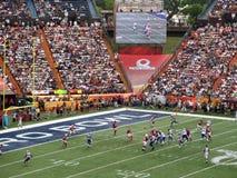 NFC-Quarterback Drew Brees wirft Ball in Richtung zur Endzone mit oth Lizenzfreie Stockbilder