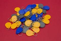 NFC-Schlüssel gegen roten Hintergrund stockfotos