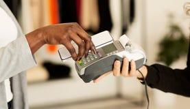 Nfc-Technologie Frau, die bewegliche Zahlung mit elektronischem Leser leistet lizenzfreie stockfotos