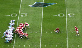 NFL - étant prêt pour donner un coup de pied un but de zone photo stock