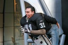 NFL, la imagen del asaltante entrenado para la lucha cuerpo a cuerpo en paseo universal de la ciudad foto de archivo libre de regalías