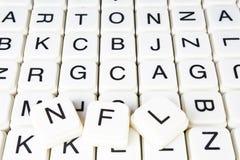 Nfl-Textwortkreuzworträtsel Alphabetbuchstabe blockiert Spielbeschaffenheitshintergrund Weiße alphabetische WürfelBlockschrift an Lizenzfreies Stockbild