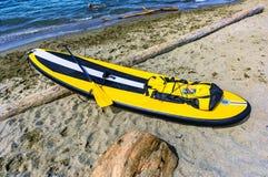 Nflatable-Brett für die schwimmende Stellung mit einem Paddel, Lügen auf Lizenzfreies Stockbild