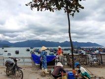 NGA TRANG, VIETNAME - 3 DE NOVEMBRO: Mulheres vietnamianas não identificadas em chapéus cônicos tradicionais imagem de stock royalty free