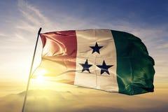 Ngabe-bugel van stof die van de de vlag de textieldoek van Panama op de hoogste mist van de zonsopgangmist golven royalty-vrije illustratie