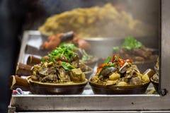 Ångade kött och grönsaker i keramisk kruka Royaltyfri Bild
