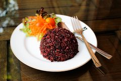 ?ngade riceberry ris p? en platta arkivfoto