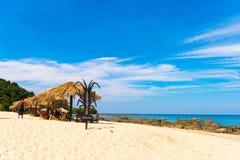 NGAPALI,缅甸- 2016年12月5日:沙滩和餐馆龙虾 复制文本的空间 免版税库存图片