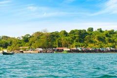 NGAPALI, MYANMAR - 5 DÉCEMBRE 2016 : Bateaux de pêche sur la plage Copiez l'espace pour le texte Photographie stock libre de droits