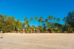 NGAPALI, MYANMAR - 5 DE DEZEMBRO DE 2016: Sandy Beach de Ngapali Copie o espaço para o texto Foto de Stock Royalty Free