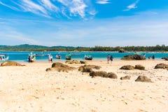 NGAPALI, MYANMAR - 5 DE DEZEMBRO DE 2016: Sandy Beach de Ngapali, Myanmar Copie o espaço para o texto Imagem de Stock